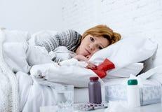 Νέα άρρωστη γυναίκα που βρίσκεται κακό να φανεί συναισθήματος κρεβατιών ανεπαρκές εμπύρετος και αδύνατος υφιστάμενος ιός χειμεριν Στοκ Εικόνες
