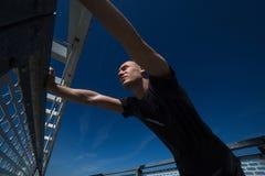 Νέα άσκηση αθλητών υπαίθρια στοκ φωτογραφίες με δικαίωμα ελεύθερης χρήσης