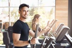Νέα άσκηση ζευγών μαζί στον υγιή τρόπο ζωής γυμναστικής Στοκ φωτογραφία με δικαίωμα ελεύθερης χρήσης