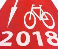 2018 νέα άσπρα γραφικά σημάδια έτους του βέλους με το ποδήλατο Στοκ εικόνα με δικαίωμα ελεύθερης χρήσης
