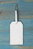 Νέα άσπρη ετικέτα στο ξύλινο υπόβαθρο Στοκ εικόνα με δικαίωμα ελεύθερης χρήσης