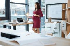 Νέα έγγραφα ανάγνωσης εγκύων γυναικών Στοκ Φωτογραφία