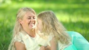 Νέα έγκυα παιχνίδια μητέρων με την κόρη της οικογένεια ευτυχής φιλμ μικρού μήκους
