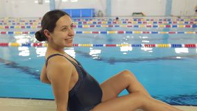 Νέα έγκυος γυναίκα κοντά σε μια πισίνα φιλμ μικρού μήκους