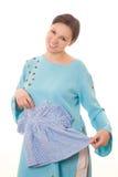 Νέα έγκυος γυναίκα που στέκεται σε ένα μπλε φόρεμα Στοκ Φωτογραφίες