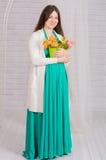 Νέα έγκυος γυναίκα σε ένα τυρκουάζ φόρεμα Στοκ Εικόνες