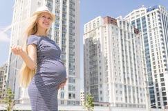 Νέα έγκυος γυναίκα στην πόλη διάστημα αντιγράφων Στοκ εικόνες με δικαίωμα ελεύθερης χρήσης