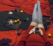 Νέα έγκυος γυναίκα στο κόκκινο φόρεμα με το φλυτζάνι τσαγιού Στοκ φωτογραφία με δικαίωμα ελεύθερης χρήσης