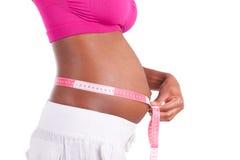 Νέα έγκυος μαύρη γυναίκα που μετρά την κοιλιά της - αφρικανικοί λαοί Στοκ εικόνες με δικαίωμα ελεύθερης χρήσης