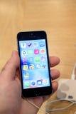 Νέα έναρξη smartphone SE iPhone της Apple Στοκ φωτογραφίες με δικαίωμα ελεύθερης χρήσης