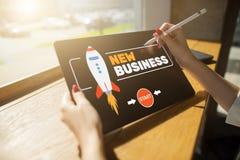 Νέα έννοια ίδρυσης επιχείρησης στην οθόνη στοκ εικόνες