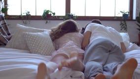 Νέα έννοια ημέρας βαλεντίνων ` s Αγίου ζευγών στο σπίτι μαζί που αφορά κάτω τη διασκέδαση κρεβατιών απόθεμα βίντεο