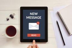 Νέα έννοια μηνυμάτων στην οθόνη ταμπλετών με τα αντικείμενα γραφείων Στοκ εικόνες με δικαίωμα ελεύθερης χρήσης