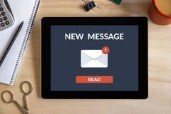 Νέα έννοια μηνυμάτων στην οθόνη ταμπλετών με τα αντικείμενα γραφείων Στοκ Εικόνες