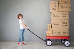 Νέα έννοια σπιτιών εγχώριας κινούμενη ημέρας παιδιών στοκ φωτογραφία με δικαίωμα ελεύθερης χρήσης