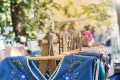 Νέα ένωση φορεμάτων στην ξύλινη κρεμάστρα στην υπαίθρια αγορά στην Ταϊλάνδη Στοκ Φωτογραφία