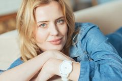 Νέα έξυπνη γυναίκα που αισθάνεται βέβαια με το νέο κατάλληλο ρολόι της Στοκ Εικόνα