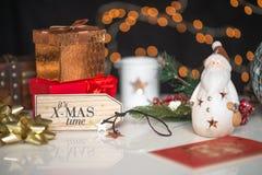 Νέα έτη και το deco Χριστουγέννων, γραπτό το χρόνο Χριστουγέννων του στο ξύλινο de Στοκ εικόνες με δικαίωμα ελεύθερης χρήσης