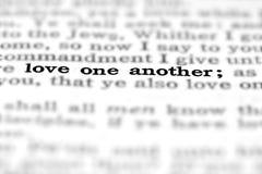 Νέα αγάπη ένα αποσπάσματος Scripture διαθηκών άλλη στοκ φωτογραφίες