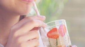 Νέα αγγούρι κατανάλωσης γυναικών και νερό φραουλών detox απόθεμα βίντεο