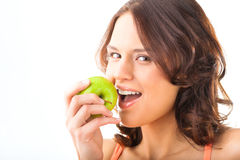 Νέα δαγκώματα γυναικών σε ένα φρέσκο και υγιές μήλο στοκ φωτογραφία με δικαίωμα ελεύθερης χρήσης