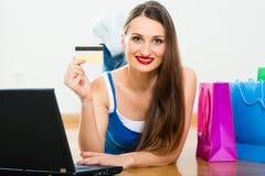 Νέα γυναίκα που αγοράζει μέσα το Διαδίκτυο Στοκ εικόνα με δικαίωμα ελεύθερης χρήσης