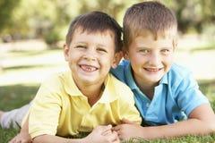 2 νέα αγόρια που δίνουν σε μεταξύ τους το αγκάλιασμα Στοκ Φωτογραφίες
