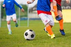 Νέα αγόρια που παίζουν τον αγώνα ποδοσφαίρου ποδοσφαίρου Στοκ φωτογραφία με δικαίωμα ελεύθερης χρήσης
