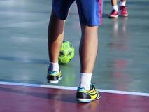 Νέα αγόρια που παίζουν το παιχνίδι ποδοσφαίρου Σκληρός ανταγωνισμός μεταξύ του φορέα Στοκ Φωτογραφίες