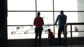 Νέα αεροπλάνα οικογενειακής προσοχής σε έναν αερολιμένα απόθεμα βίντεο