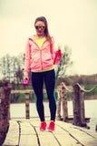 Νέα αθλήτρια που παίρνει το σπάσιμο μετά από το workout Στοκ φωτογραφία με δικαίωμα ελεύθερης χρήσης
