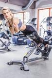 νέα αθλητική γυναίκα που κάνει hyperextension την άσκηση στοκ εικόνα με δικαίωμα ελεύθερης χρήσης