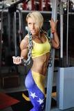 Νέα αθλήτρια με τη βαριά αλυσίδα Στοκ Εικόνες