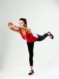 Νέα αθλήτρια που στέκεται σε μια πόδι και την άσκηση στοκ φωτογραφία με δικαίωμα ελεύθερης χρήσης