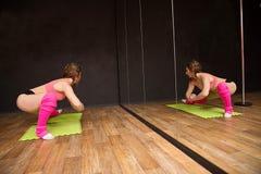 Νέα αθλητικά τραίνα κοριτσιών στη γυμναστική Στοκ φωτογραφία με δικαίωμα ελεύθερης χρήσης