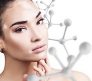 Νέα αισθησιακή γυναίκα με τη μεγάλη άσπρη αλυσίδα μορίων Στοκ Φωτογραφίες