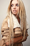 Νέα αισθησιακή & γυναίκα ομορφιάς Στοκ φωτογραφία με δικαίωμα ελεύθερης χρήσης