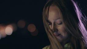 Νέα αισθησιακή γυναίκα που χρησιμοποιεί το smartphone τη νύχτα απόθεμα βίντεο