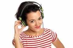 Νέα ακουστικά μουσικής ακούσματος γυναικών που απομονώνονται Στοκ φωτογραφία με δικαίωμα ελεύθερης χρήσης
