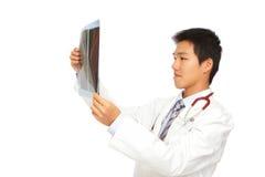 Νέα ακτίνα X ελέγχου γιατρών της Ασίας Στοκ εικόνα με δικαίωμα ελεύθερης χρήσης