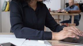 Νέα δακτυλογράφηση επιχειρηματιών σε ένα lap-top απόθεμα βίντεο