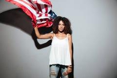 Νέα αμερικανική σημαία εκμετάλλευσης γυναικών afro αμερικανική Στοκ Εικόνες