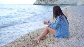 Νέα ανάγνωση γυναικών στην τροπική άσπρη παραλία απόθεμα βίντεο