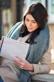 Νέα ανάγνωση γυναικών υπαίθρια Στοκ Εικόνες