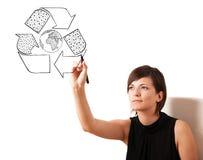Νέα ανακύκλωσης σφαίρα σχεδίων γυναικών στο whiteboard Στοκ Εικόνα