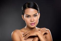 Νέα από το Μπαλί γυναίκα σχετικά με το δέρμα της στοκ εικόνες