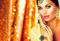 Νέα αραβική γυναίκα με τη δερματοστιξία mehndi και την τέλεια σύνθεση Στοκ εικόνες με δικαίωμα ελεύθερης χρήσης