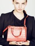 Νέα αρκετά δροσερή επιχειρησιακή κυρία μόδας που φορά το μαύρο κοστούμι και το ο Στοκ εικόνα με δικαίωμα ελεύθερης χρήσης