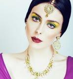 Νέα αρκετά καυκάσια γυναίκα όπως Ινδό εθνικό στενό σε επάνω κοσμήματος στην άσπρη, νυφική φωτεινή μόδα makeup Στοκ εικόνες με δικαίωμα ελεύθερης χρήσης