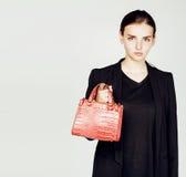 Νέα αρκετά δροσερή επιχειρησιακή κυρία μόδας που φορά το μαύρο κοστούμι και το ο Στοκ Φωτογραφίες